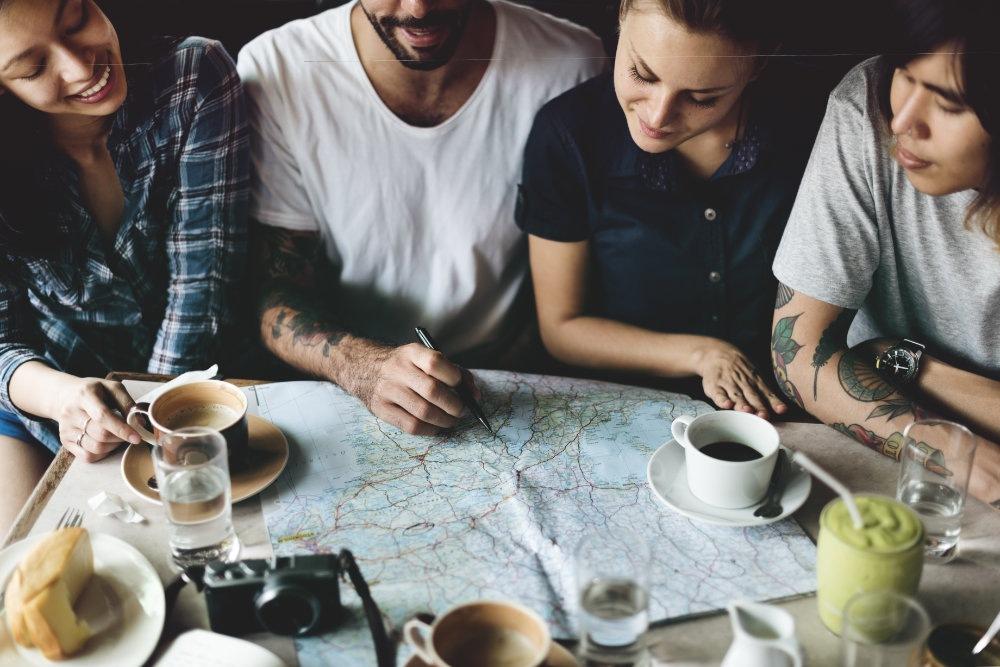 Bild von Freunden beim Planen einer Reise